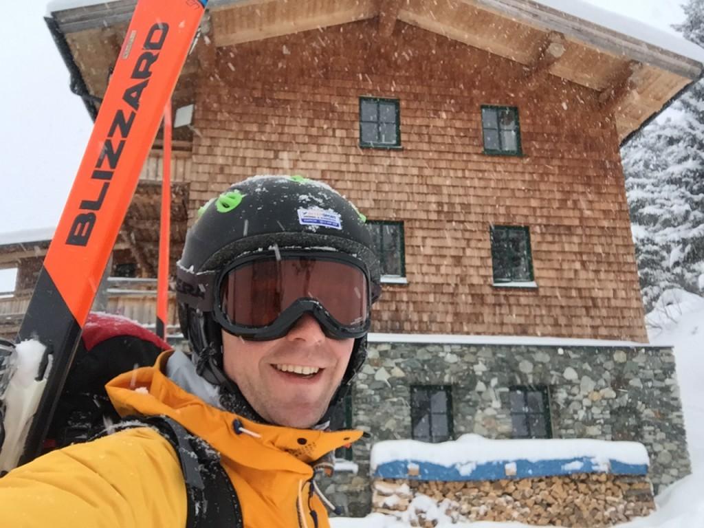 Mit Ski vor der Pinzgauer Hütte, www.einfachmalraus.net