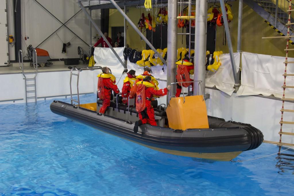 Schlauchboot im Pool, www.einfachmalraus.net