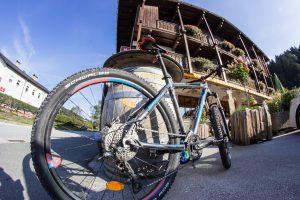 Morgendlicher Bikecheck vorm Tirolerhof