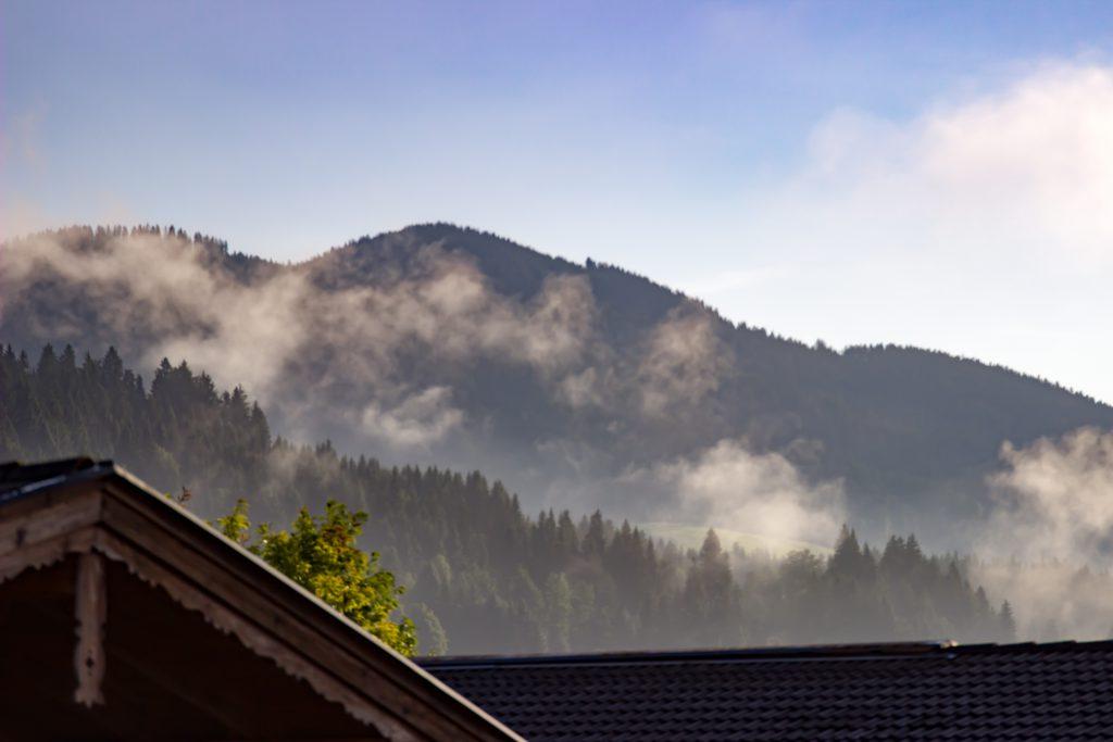 Morgendliche Nebelschwaden in Brixen im Thale